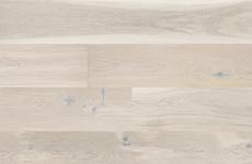Breites 1-Stab-Parkett aus Eichenholz mit einer feinen cremeweißen Farbe. Die Holzdielen wurden durch Bürsten veredelt und matt lackiert.
